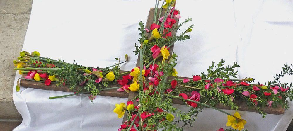 Holzkreuz mit Blumen