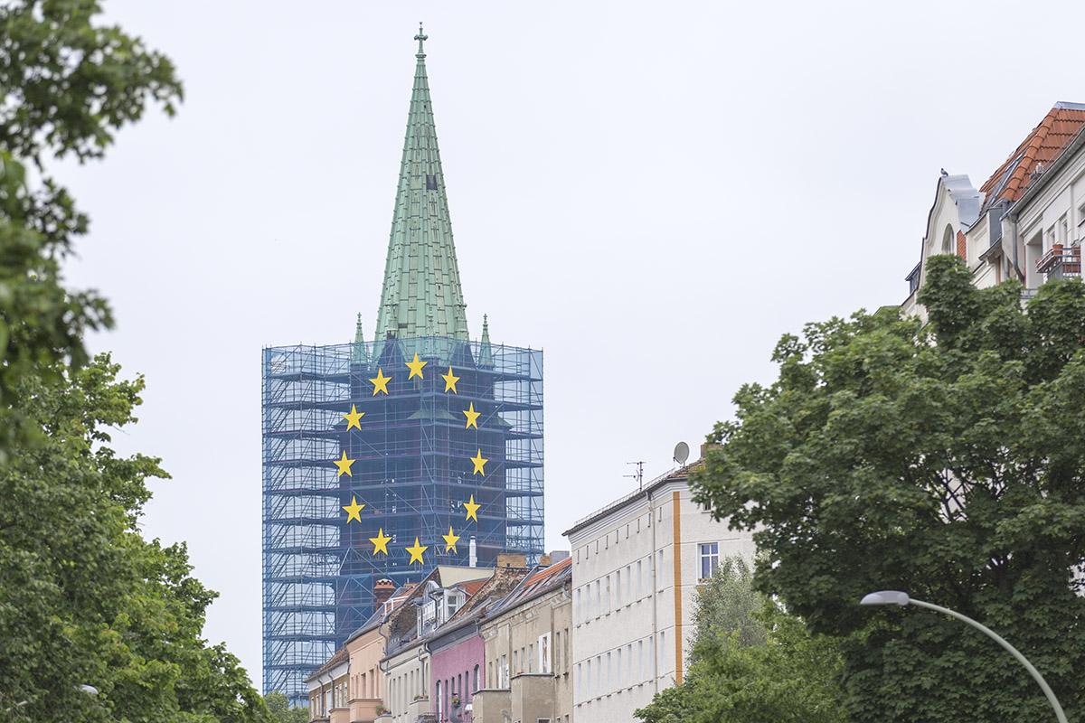 Aktion zur Europawahl am Baugerüst der Gethsemanekirche