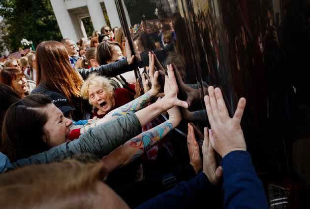 """Freedom, Pain and Hope"" – Belarus-Fotoausstellung am Zaun der Gethsemanekirche – bis 29. Mai"